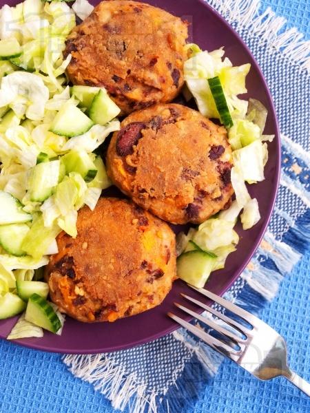 Пържени бобени кюфтенца на тиган с гарнитура от зелена салата и краствавица - снимка на рецептата